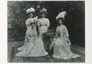 Postcard   Koningin Wilhelmina met haar hofdames, 1908
