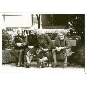 Postcard Gutrath Verlag | Old ladies on a bench